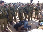 warga-gaza-salat-di-depan-penjagaan-ketat-tentara-yang-bersenjata-lengkap_20180526_025510.jpg