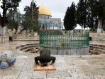 warga-palestina-melakukan-salat-jumat-mereka-di-kompleks-masjid-al-aqsa.jpg