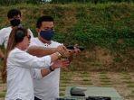 wisatawan-mencoba-berolahraga-menembak-di-lapangan-tembak-depati-bahrin-rabu-30122020.jpg