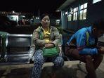 zulhir-44-bersama-anaknya-menunggu-suaminya-asrudin_20180807_085913.jpg