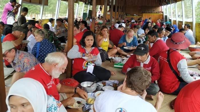 Tradisi Makan Bedulang di Belitung, Simbol Adab Kebersamaan dan Sopan Santun