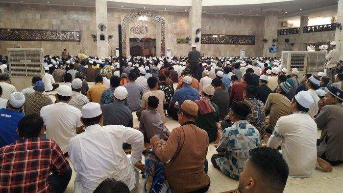 Suasana Sholat Jumat Berjamaah di Masjid Raya Sabilal Muhtadin
