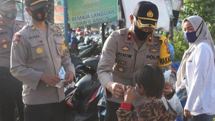 Wakapolres Banjar Kalsel Pimpin Pembagian 1000 Masker kepada Warga Pasar Tumpah, Kertakhanyar