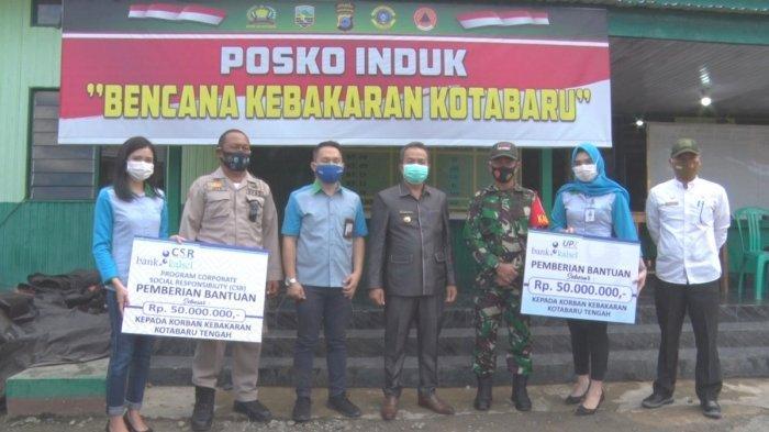 Foto bersama usai penyerahan bantuan Bank Kalsel Cabang Kotabaru untuk korban kebakaran di Kelurahan Kotabaru Tengah, Kotabaru