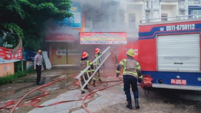 Toko Cat Terbakar di Kelurahan Sungai Paring, Kota Martapura, Pemadam Sempat Kesulitan