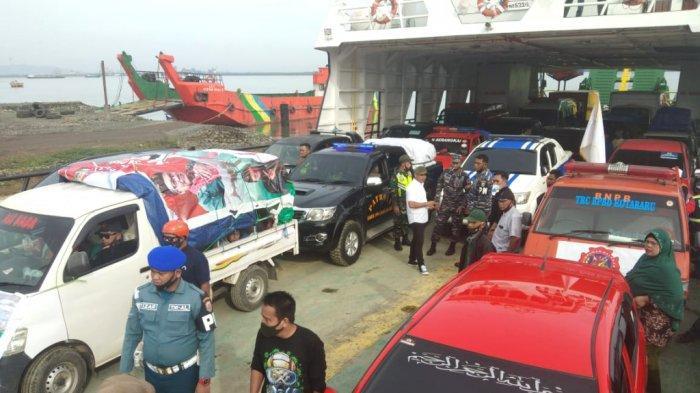 Rombongan membawa bantuan korban banjir Kalsel saat berada di feri penyeberangan