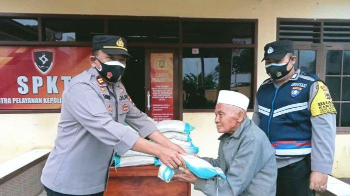 20 KK Kurang Mampu Dapat Bantuan Beras Dari Polsek Pulaulaut Tengah