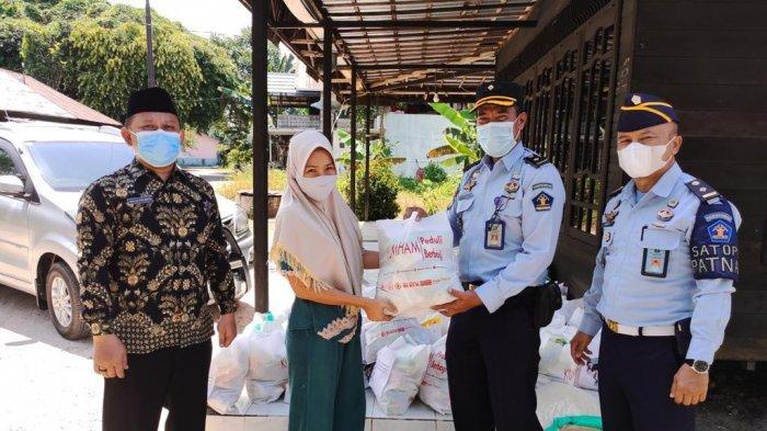 Kumham Peduli Kumham Berbagi, Lapas Karang Intan Banjar Bagi Paket untuk Warga Terdampak Covid-19