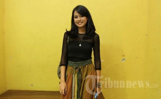 Aktris muda berbakat yang juga penyanyi, Maudy Ayunda saat menunggu tampil tapping pada salah satu acara talk show di Studio Hanggar, Pancoran, Jakarta Selatan, Rabu (2/1/2013). (Tribun Jakarta/Jeprima)