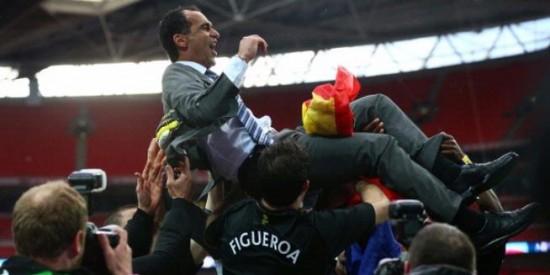 Pelatih Wigan Athletic, Roberto Martinez, diangkat para pemainnya setelah mereka mengalahkan Manchester City di final Piala FA, Sabtu (11/5/2013).