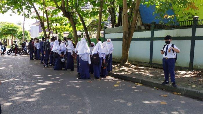 Berkerumun Usai Ujian Sekolah, Para Siswa SMP di Banjarmasin Kumpul Tunggu Jemputan Pulang