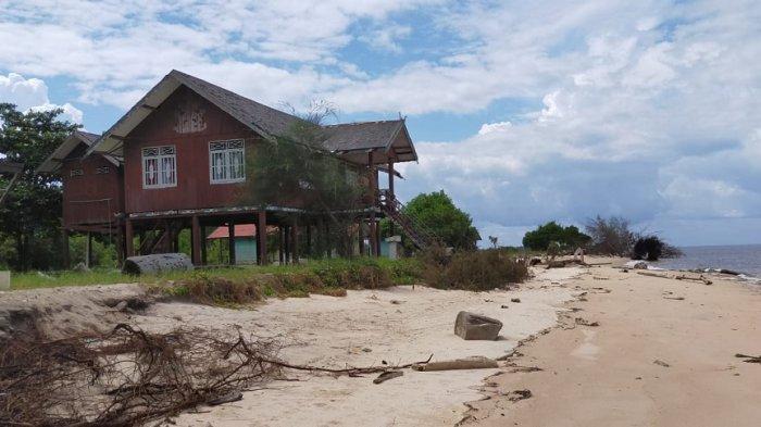 Abrasi Pantai Ujung Pandaran Teluk Sampit Makin Mengkhawatirkan, Bangunan Rumah Betang pun Terancam