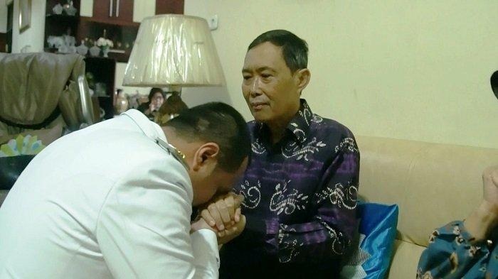 Jelang Dilantik, Wali Kota Banjarbaru Terpilih Aditya dan Istri Sungkem Orangtua