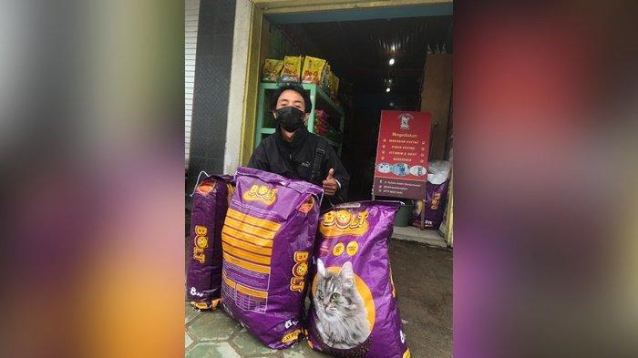 Demi Beri Makan Kucing Yang Turut Terdampak, Pemuda Banjarmasin Ini Terobos Banjir Setinggi Paha