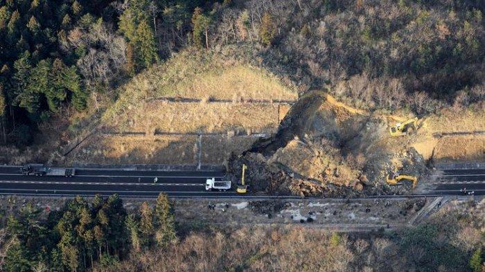 Akses jalan tol terputus akibat longsor buntut dari gempa bumi di kota Soma, prefektur Fukushima, Jepang timur, pada Minggu (14/2/2021). Gempa Jepang ini berkekuatan 7,3 magnitudo.