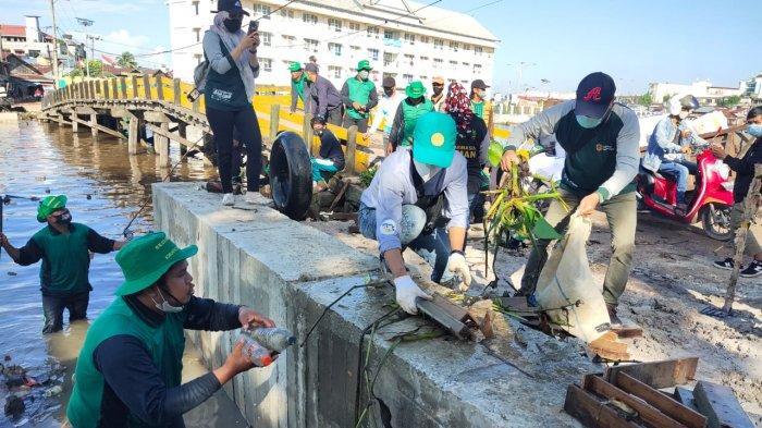 Peringati World Clean Up Day 2021, DLH Banjarmasin Melakukan Aksi Bersih-bersih Sungai