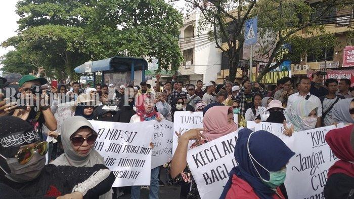 Aktivis Cinta Demokrasi dan Emak-emak Datangi KPU Kalsel Tuntut KPU Berlaku Jujur, Adil dan Amanah