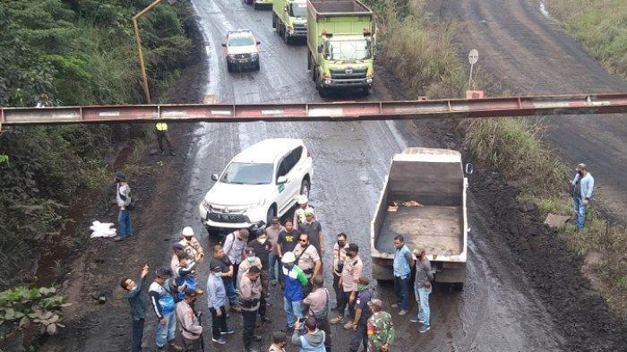 Tutup Jalan Hauling Batubara di Suato Tatakan Tapin, PT TCT Cegat 200 Unit Truk