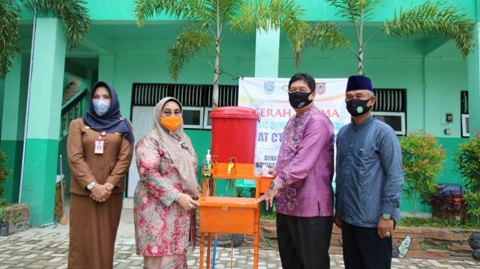 Ketua PKK Banjar Hj. Raudathul Wardiyah menyerahkan fasilitas alat cuci tangan kepada pondok pesantren Pangeran Hidayatullah.