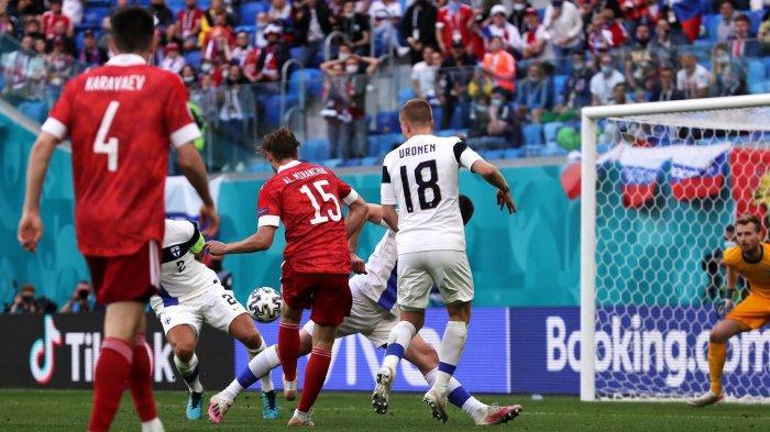 Gol pemain Rusia Aleksei Miranchuk ke gawang Finlandia pada masa injury time babak pertam di Stadion St. Petersburg, Rusia dalam laga Grup B Euro 2020 Rabu (16/6/2021)