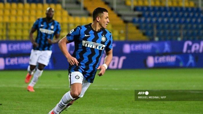 Penyerang Inter Milan dari Chili Alexis Sanchez merayakan gol keduanya dalam pertandingan sepak bola Serie A Italia Parma vs Inter Milan pada 4 Maret 2021 di stadion Ennio-Tardini di Parma.