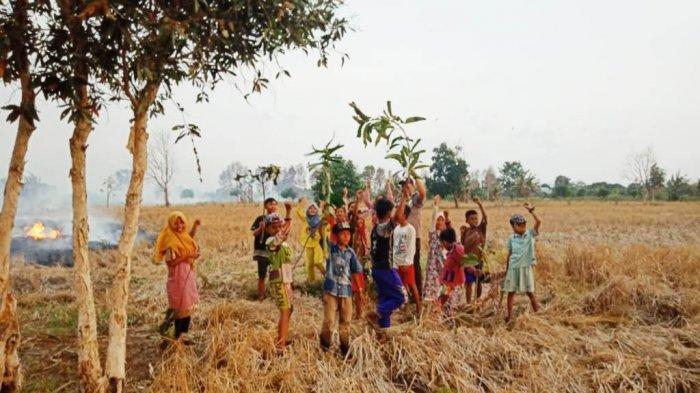 Anak-anak Desa ini Semangat Bantu Pemadaman Karhutla