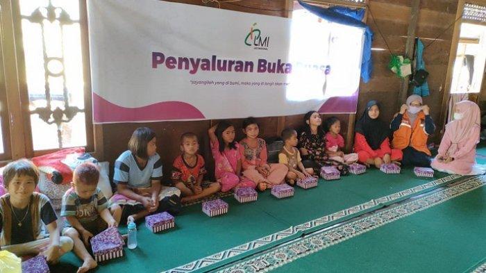 Anak-anak Meratus yang sebagian merupakan Mualaf di Desa Patikalain, Kecamatan Hantakan, Hulu Sungai Tengah,saat berbuka puasa bersama Laznas LMI Kalsel.