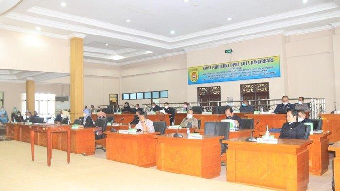 Anggota dewan pada rapat paripurna di Gedung DPRD Kota Banjarbaru, Kalimantan Selatan, Senin (14/6/2021).