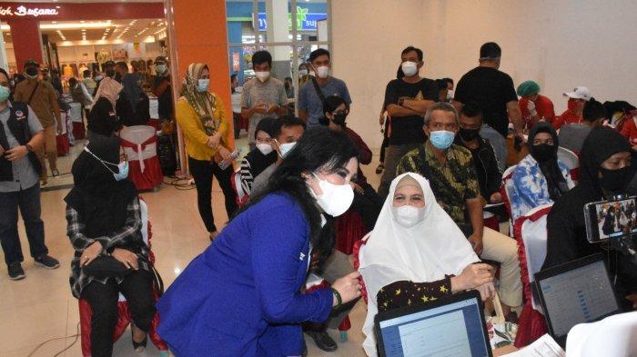Anggota DPR RI Ary Egahni Ben Bahat saat meninjau pelaksanaan vaksinasi di Citymall Kuala Kapuas, Rabu (18/8/2021).
