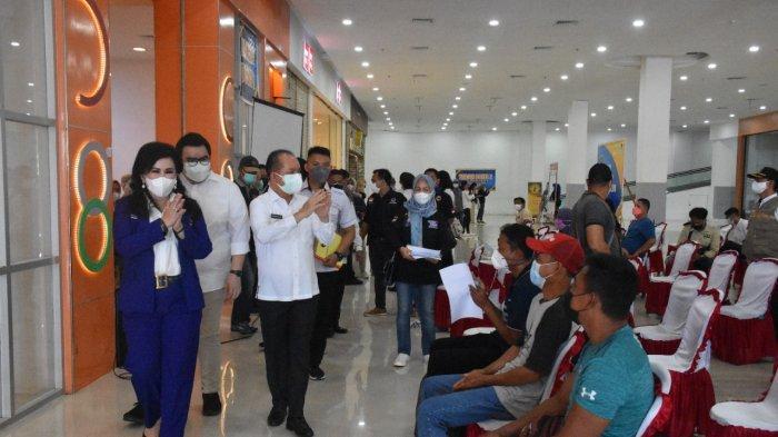 Anggota DPR RI Ary Egahni Ben Bahat saat menyerahkan piagam penghargaan kepada salah satu tenaga kesehatan dalam pelaksanaan vaksinasi di wilayah Kapuas.