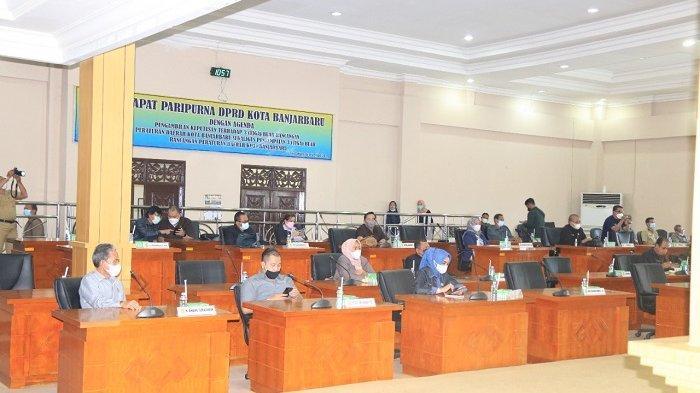 Anggota DPRD Banjarbaru saat mengikuti rapat paripurna penyampaian tiga raperda.