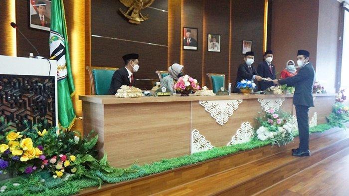 Anggota DPRD Barito Kuala (Batola), menyerahkan dokumen kepada pimpinan dewan dalam acara Rapat Paripurna.