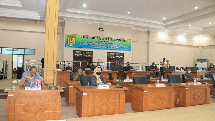 Anggota Dewan Perwakilan Rakyat Daerah Kota Banjarbaru saat melakukan pembahasan raperda dengan pihak eksekutif.