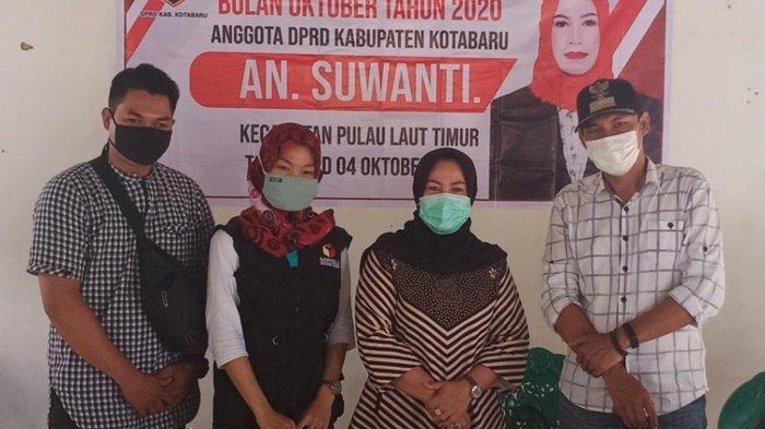 Anggota Fraksi PDIP di DPRD Kabupaten Kotabaru, Suwanti, foto bersama di Desa Langkang Baru.