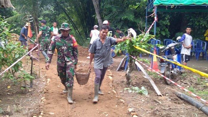 Akses Jalan di Desa Hapingin Batang Alai HST Amblas, TNI Bersama Warga Membuka Jalan Sementara