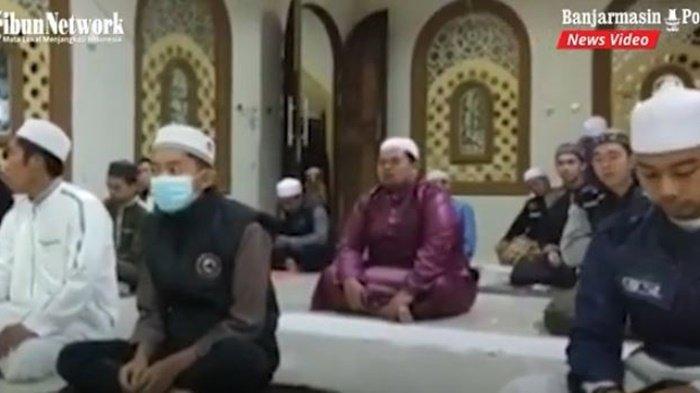 Anggota komunitas Biker Subuhan Barabai saat di salah satu tempat ibadah di Kabupaten Kabupaten Hulu Sungai Tengah (HST), Provinsi Kalimantan Selatan, Sabtu (24/7/2021).