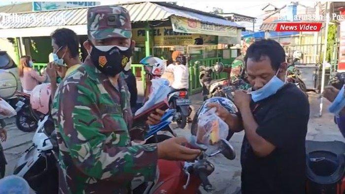 Anggota Koramil 1007-03 Banjarmasin Barat dan Tengah membagikan takjil dan mengedukasi warga tentang mencegah Covid-19 demi kesehatan keluarga dan juga masyarakat, Jumat (16/4/2021).