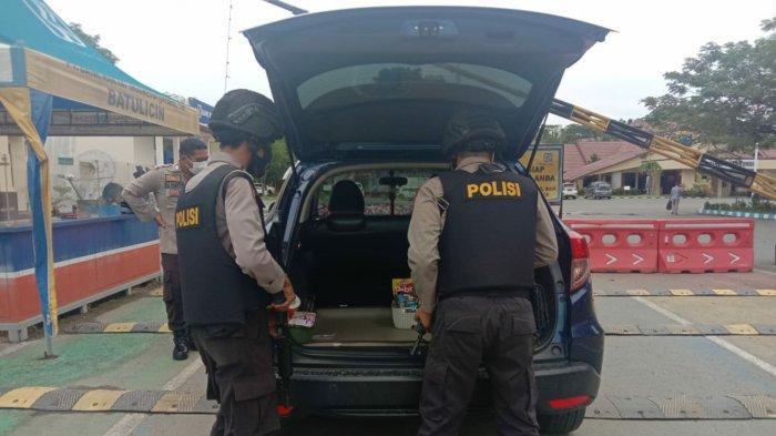 Anggota memeriksa mobil yang masuk ke Mako Polres Tanbu