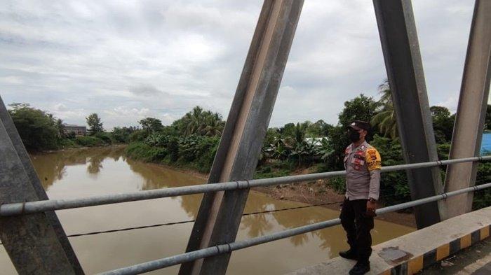 Waspadai Banjir, Anggota Polsek Kelua dan Polsek Jaro Pantau Kedalaman Air Sungai Tabalong