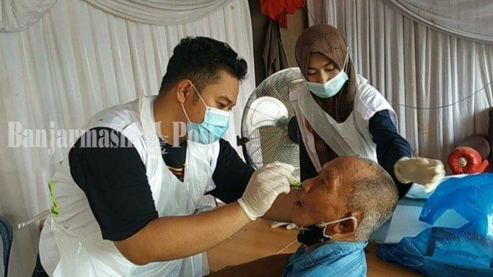 Anggota Satgas Covid-19 Kabupaten Hulu Sungai Utara (HSU), Kalimantan Selatan, sedang memeriksa kesehatan seorang warga.