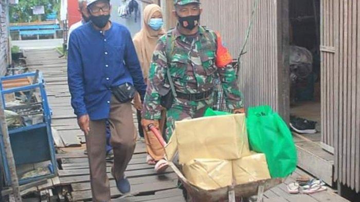 Personel Koramil Pahandut Bagikan Paket Sembako Kepada Warga Terdampak Covid-19