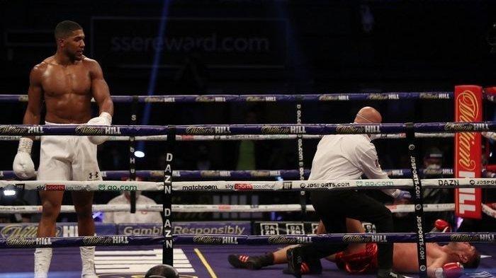 Anthony Joshua (kiri) mengalahkan Kubrat Pulev secara KO pada pertandingan tinju di SSE Arena, London, Inggris, 12 Desember 2020.