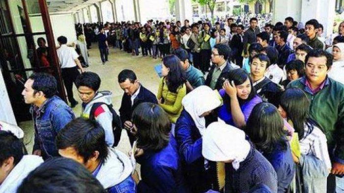 Ilustrasi: Antrean panjang dalam bursa kerja diikuti sekitar 40 perusahaan di Surabaya