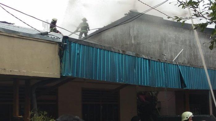 Rumah Terbakar di Sungai Miai Banjarmasin, Asap Hitam Muncul dari Lantai Dua