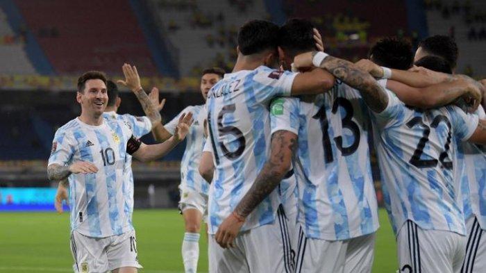 Para pemain Argentina, termasuk Lionel Messi, merayakan gol Cristian Romero ke gawang Kolombia pada laga Kualifikasi Piala Dunia 2022 Zona Amerika Selatan di Estadio Metropolitano Roberto Melendez, Kamis (9/6/2021). Kedua tim kembali bertemu di babak semifinal Copa America 2021
