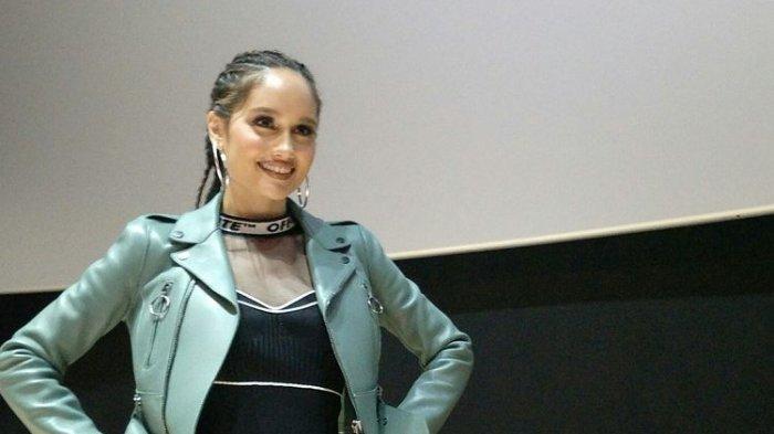 Artis peran yang juga penyanyi Cinta Laura Kiehl dalam jumpa pers peluncuran single barunya berjudul Vida di CGV FX Sudirman, Jakarta Selatan, Jumat (19/7/2019).