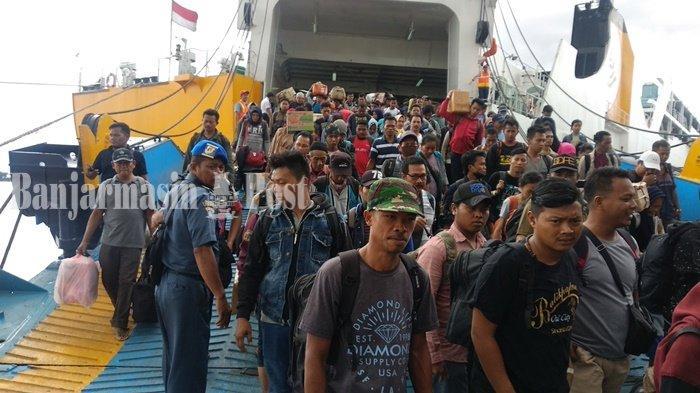 Arus balik mudik penumpang kapal laut  lewat Pelabuhan Trisakti Banjarmasin