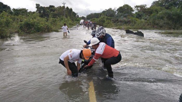 PT Arutmin Indonesia Serahkan Bantuan Logistik dan Evakuasi Korban Banjir Tanah Bumbu