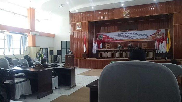Asisten II Setda Kabupaten Kotabaru, H Akhmad Rivai, menyampaikan pidato Pj Bupati terkait dua buah raperda di depan anggota DPRD Kabupaten Kotabaru, Kalimantan Selatan, Senin (19/4/2021).