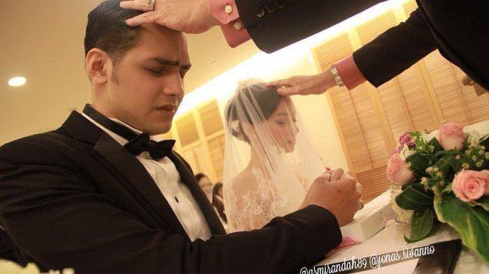 Asmirandah dan Jonnas Rivanno saat menikah